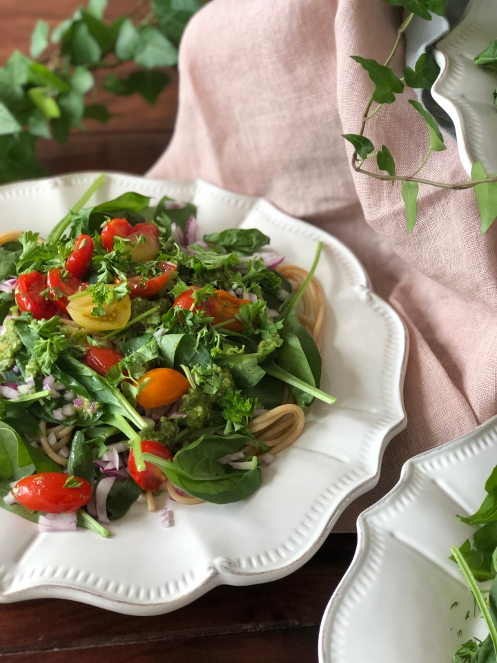 Lækker fyldig pastasalat m. pesto, rødløg–ogsylt!