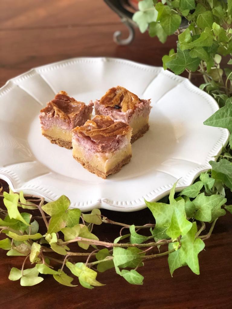 Lækre, skarpe blondies med et lækkert hindbærcheesecake swirl. Velbekomme.