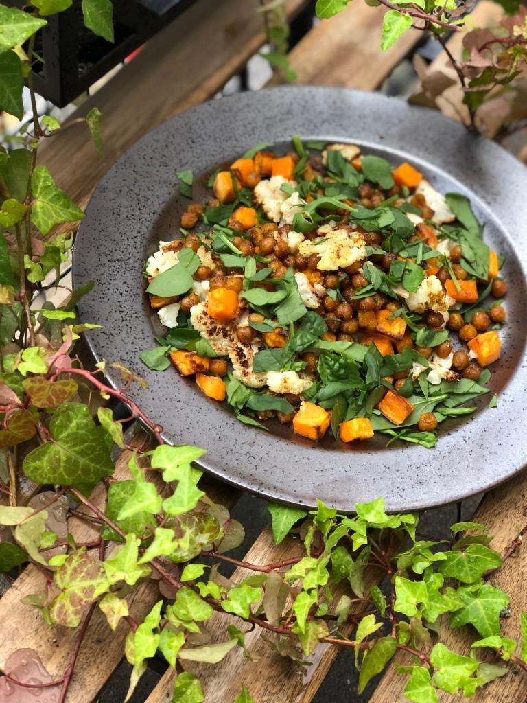 Lækker efterårssalat med kikærter, blomkål og sweet potato.