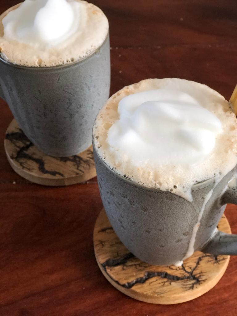 To kopper cappuccino med lækker skummet mælk på toppen.