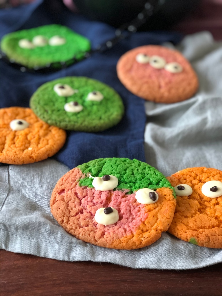 Farverige cookie monstre med chokoladeøjne.