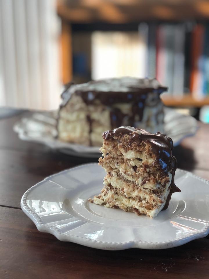 """Glutenfri """"Daim"""" dessert-lagkage m. ristede mandler ogchokoladeglace"""