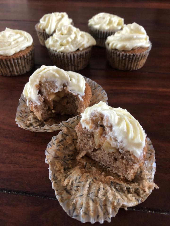 Apple pie cupcakes m. cream cheesefrosting