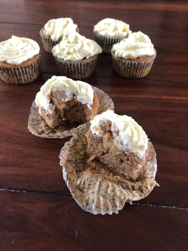 Et kig på det karameliserede fyld  indeni de lækre apple pie cupcakes.