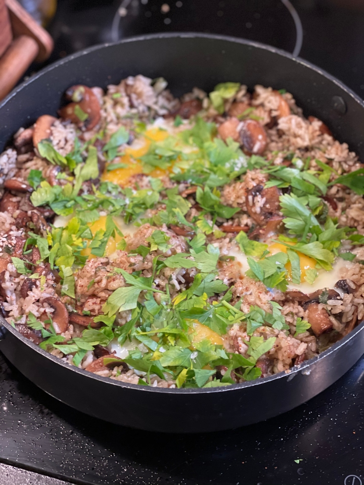 Egg-fried rice m. svampe ogforårsløg
