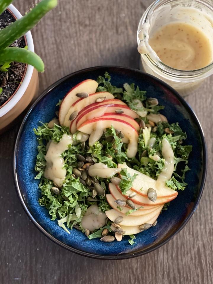 Grønkålssalat med æble, ristede græskarkerner og cremet sennepsvinaigrette