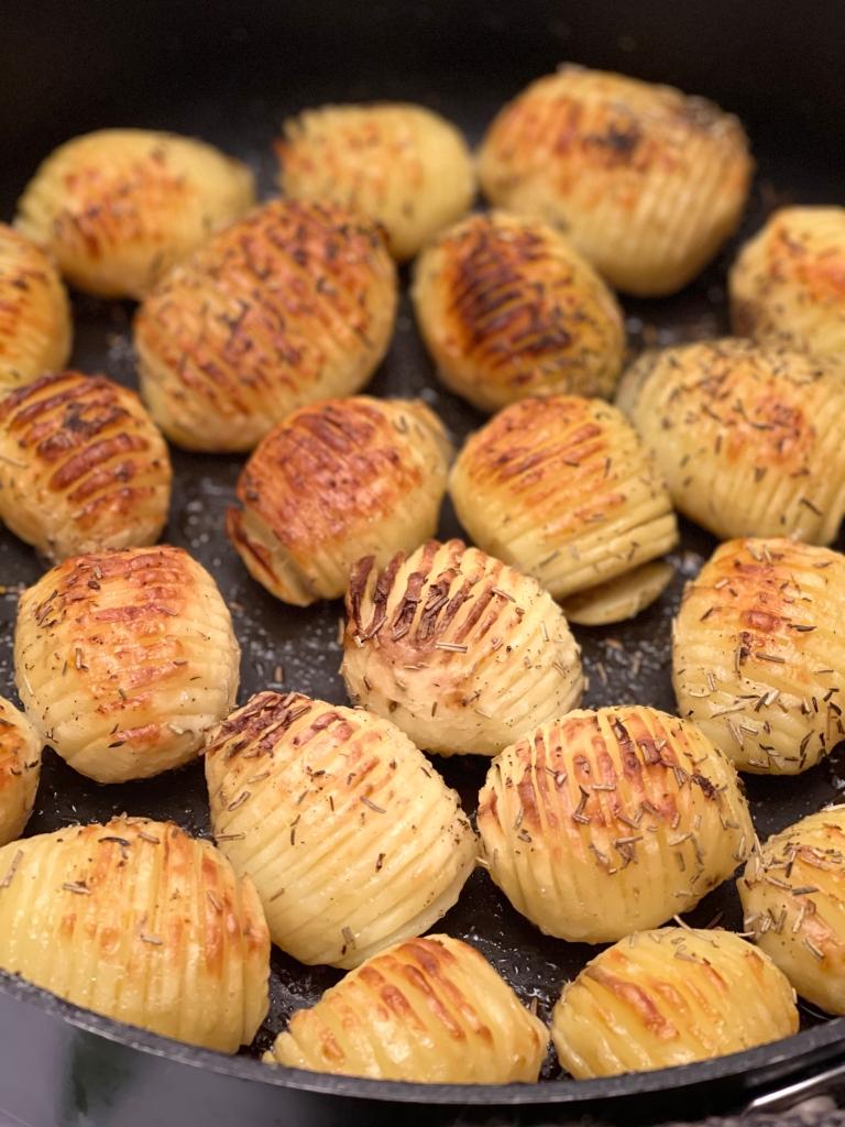 "Lækre ""hasselbagte"" kartofler i fad"