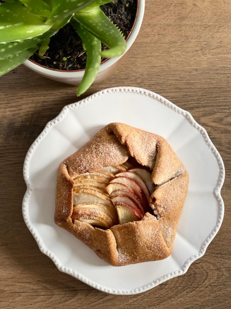 Her er dejen brugt til at lave en æblegalette, smurt med peanutbutter.