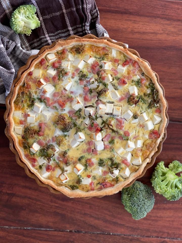 Sprød tærte med broccoli, grønkål ogfeta