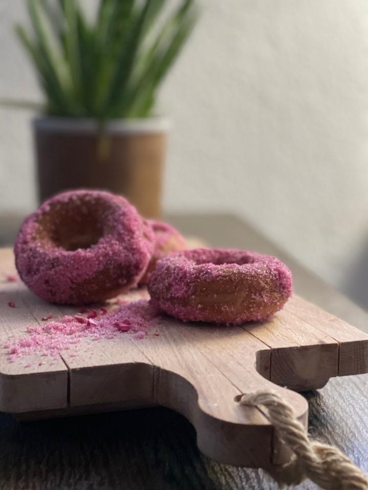 Krydrede kage donuts medhindbærsukker