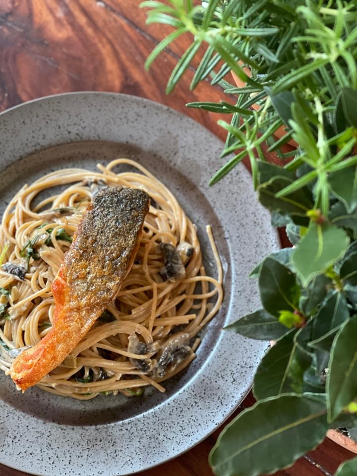 Spaghetti m. champignonsauce og skindstegtlaks