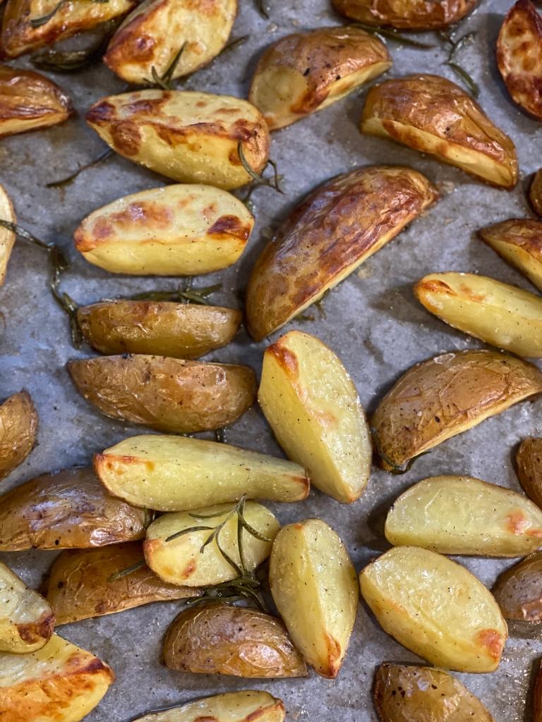 Ovnbagte kartofler fungerer perfekt som tilbehør til de fleste stykker kød, grillet grønt--eller bare for sig selv, til en lækker dip!