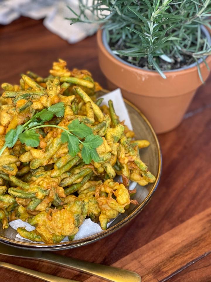 Indisk pakora med garam masala og gurkemeje–bliv dine grøntsagsresterkvit