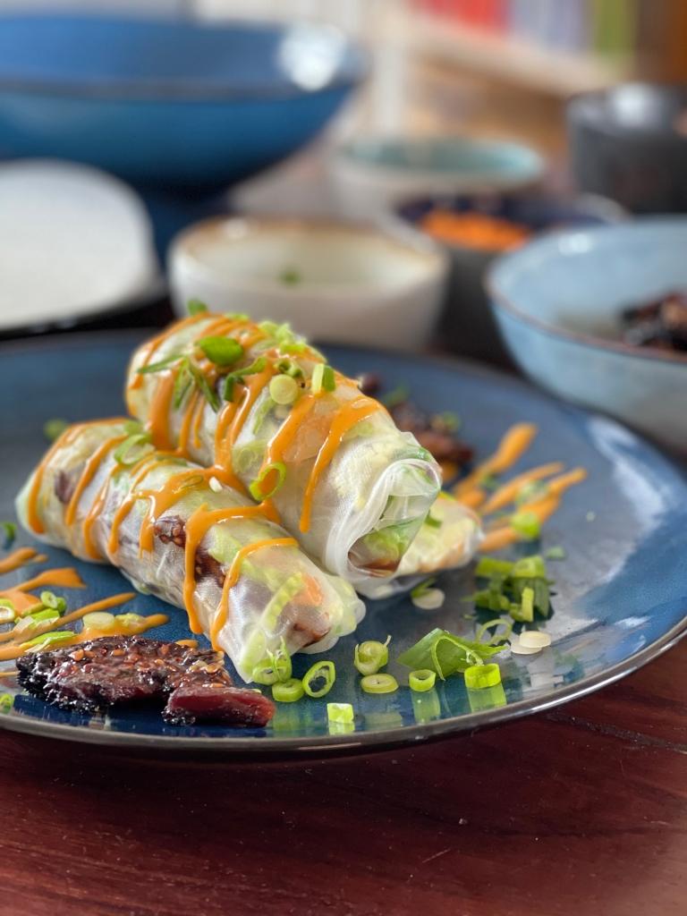 Et forslag til hvordan du kan bruge dine shiitakesvampe, er blandt andet som fyld i rispapirsruller--som dem her!