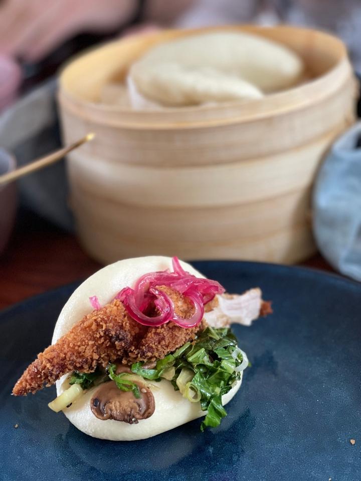 Vegetariske bao boller med dybstegte bananblomster, pak choy og syltederødløg
