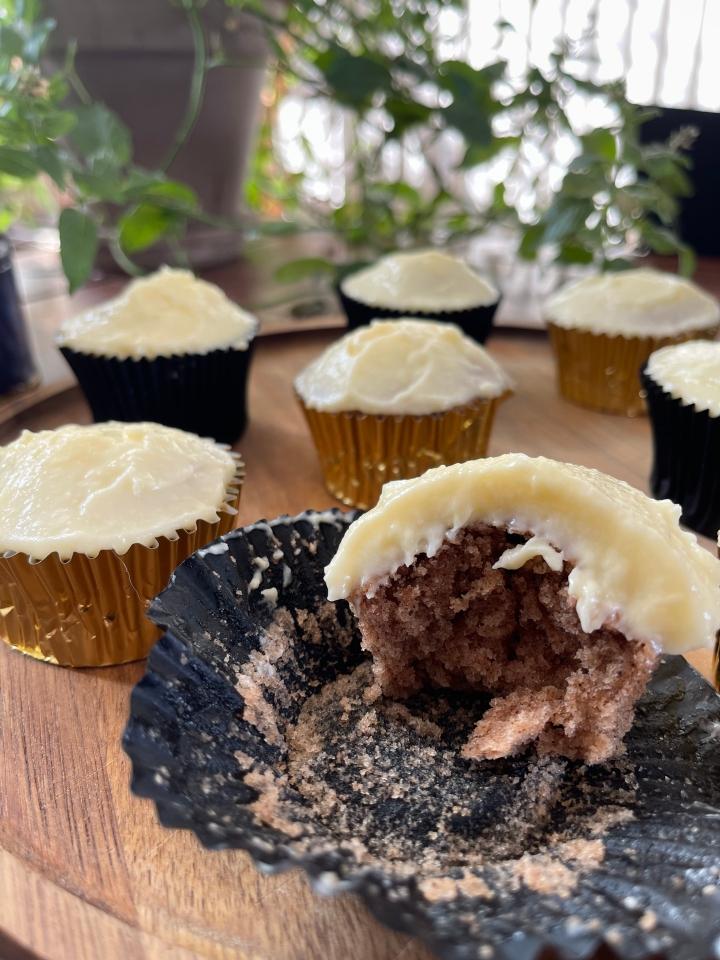 Pumpkin Spice Cupcakes — med glasur af smørcreme ogfriskost